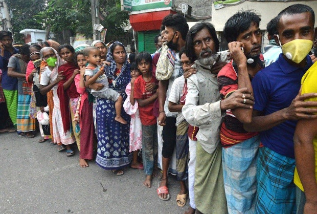 Low-income people line up to receive relief in old Dhaka, May 7, 2020. (BenarNews)