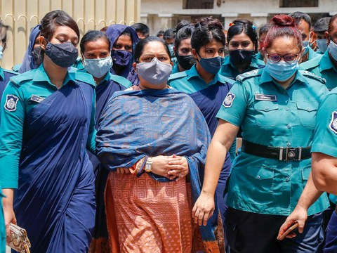 Police escort journalist Rozina Islam (center) to a court in Dhaka, May 18, 2021.