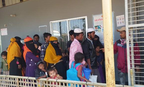 Rohingya refugees queue as they wait to board a bus at a transit point in Cox's Bazar, Bangladesh, to go to Bhashan Char Island. Dec. 3, 2020. [Abdur Rahman/BenarNews]