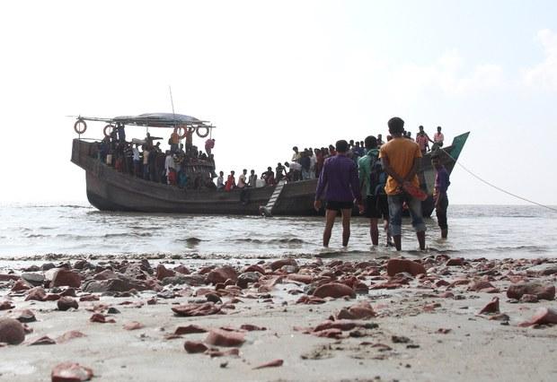 201001-BD-Rohingya-BhashanChar-boat1000.jpg