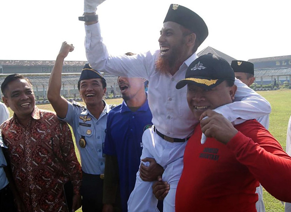 Indonesian officials lift up convicted terrorist Umar Patek after a flag ceremony marking National Awakening Day at a prison in East Java, May 20, 2015. [BenarNews]