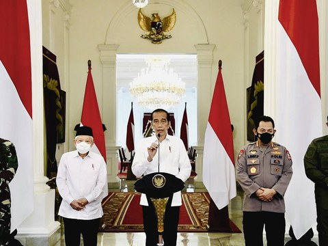 Indonesian President Joko Widodo (center), flanked by Vice President Ma'ruf Amin and top military and intelligence officials, delivers televised remarks at the Merdeka Palace in Jakarta, April 26, 2021.