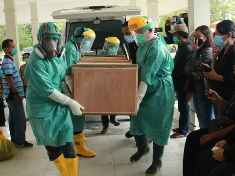A coffin with the body of Oktovianus Rayo, a schoolteacher who was shot by suspected armed rebels in Beoga district, arrives in Timika, in Indonesia's Papua province, April 10, 2021.
