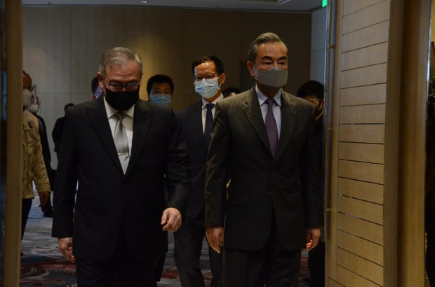 Chinese Foreign Minister Wang Yi (right) walks beside his Philippine counterpart, Teodoro Locsin Jr., before the opening of bilateral talks at Shangri-La hotel in suburban Taguig city, Jan. 16, 2021.