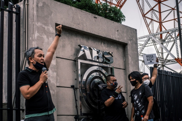 ABS-CBN employees and others rally outside the network's headquarters in Quezon City, Philippines, to protest a decision by Congress to cancel the broadcaster's license, July 10, 2020. [Luis Liwanag/BenarNews]