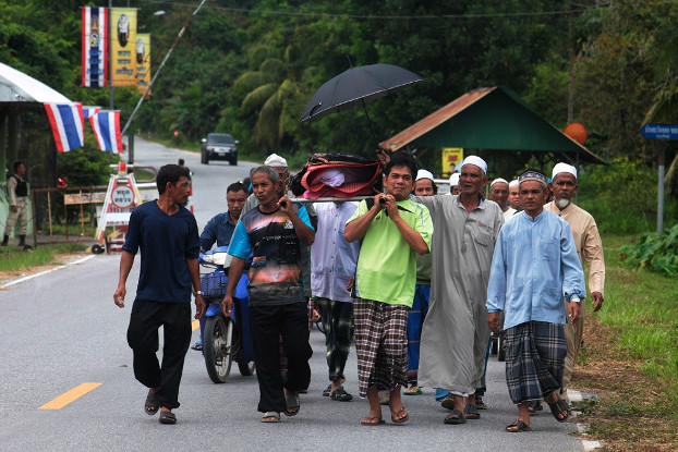 Neighbors of Samsami Sama, a defense volunteer killed in Tuesdays attacks by suspected insurgents, carry his body for a funeral in Tung Sadao Village in Thailand's Deep South province of Yala, Nov. 6, 2019. [Mariyam Ahmad/BenarNews]