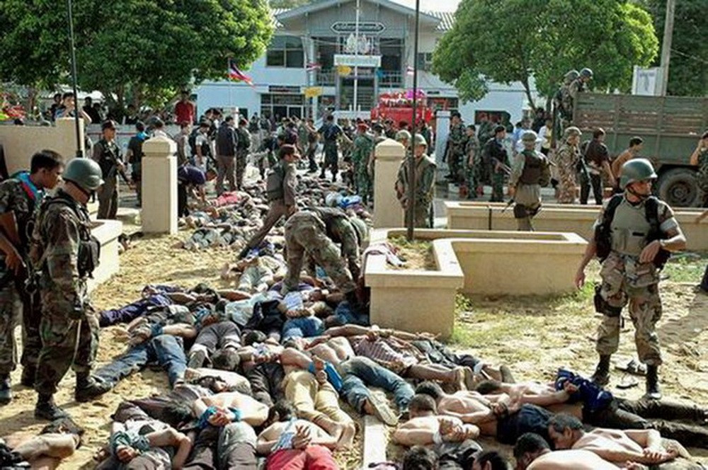 Police and soldiers stand over protesters outside the Tak Bai police station, Oct. 25, 2004. (Matahari Ismail/BenarNews)